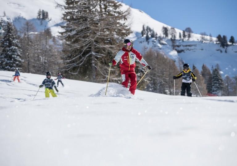 skischool-schilehrer-schueler-tiefschnee-3